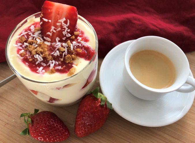 Das Erdbeertiramisu mit einem Cafè