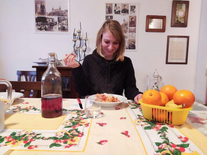 Jule bei einem Teller Pasta