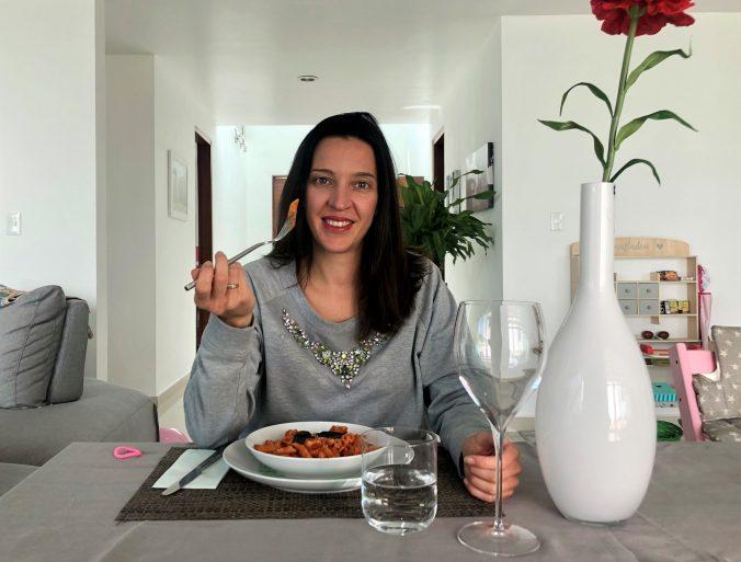Angela bei einem Teller Pasta