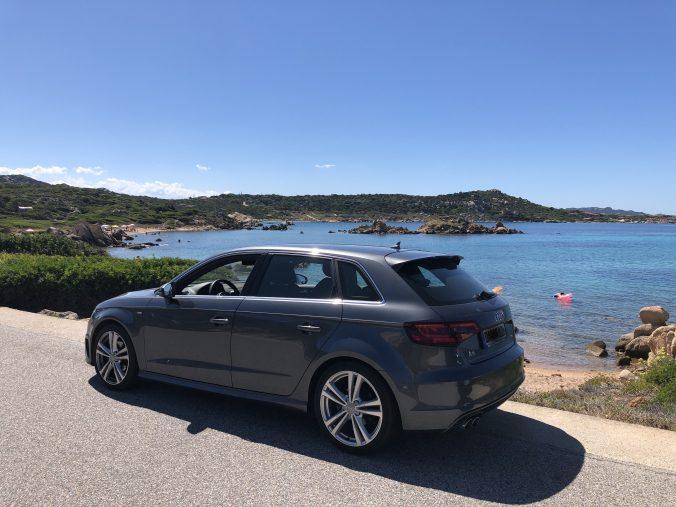 Auto parkt vor dem Meer
